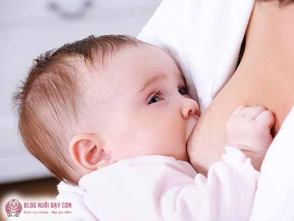 Cách kích sữa mẹ về nhiều bằng cho con bú trực tiếp